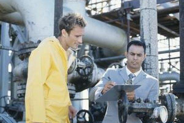Los ingenieros mecánicos pueden reunirse con los trabajadores de la producción para resolver problemas.