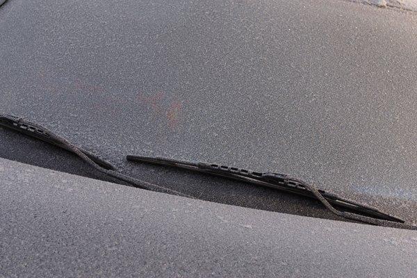 Rocía la solución sobre el exterior de un parabrisas.