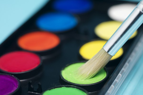 Llena tu paleta de pinturas.