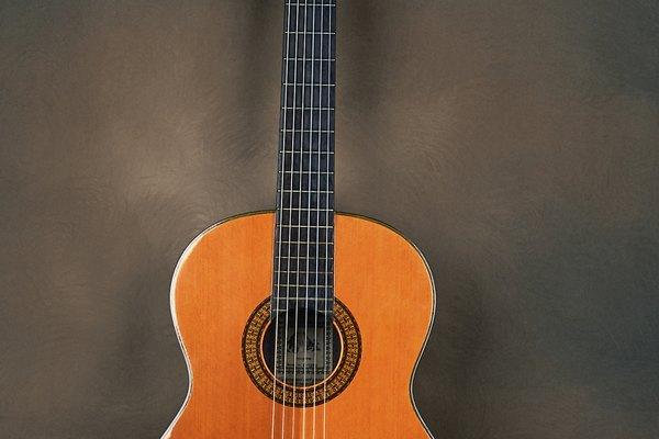 En todas las guitarras, la correa se ubica sobre el hombro y detrás de la espalda.