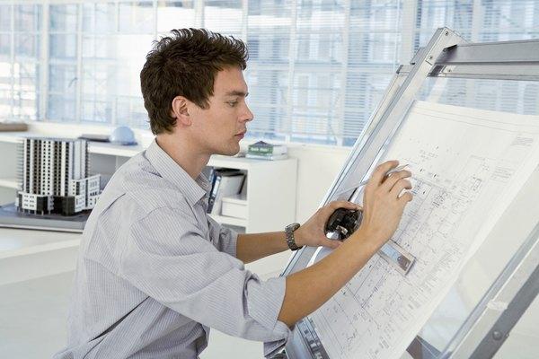 Un arquitecto utilizando una mesa de dibujo.