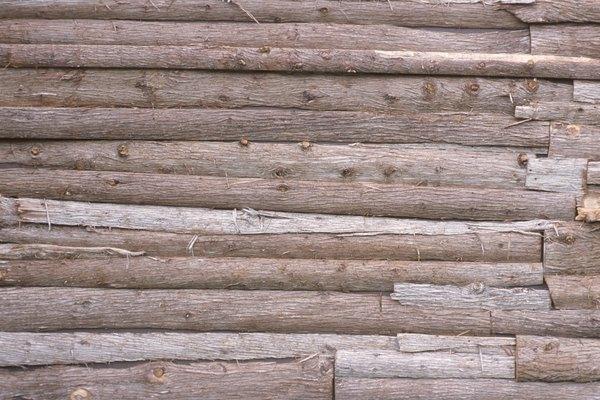 La madera de cedro esperando la descamación.