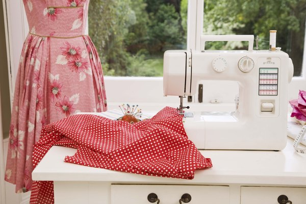 Sujeta el tornillo en la parte superior izquierda de la máquina de coser.