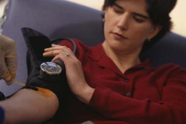 Los flebotomistas aplican antisépticos antes de extraer sangre.