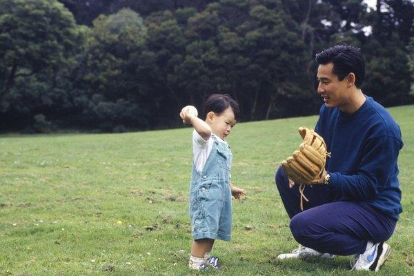 Demuestra lo alto y lo bajo con un juego de cachar. Haz rodar la pelota a tu niño, y luego haz que el la ruede de regreso.