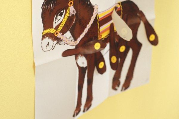 Juega diferentes versiones de ponerle la cola al burro.