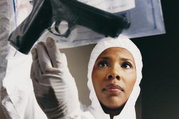 Los analistas de laboratorios de criminalística estudian evidencias tales como las armas.