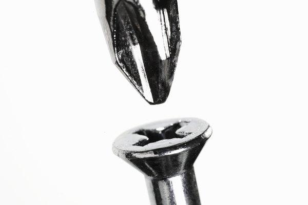 Utiliza el destornillador para aflojar y remover los tornillos.