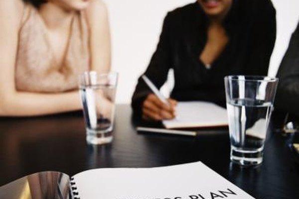 Los empleados de la empresa se sientan y desarrollan los planes de negocios juntos.
