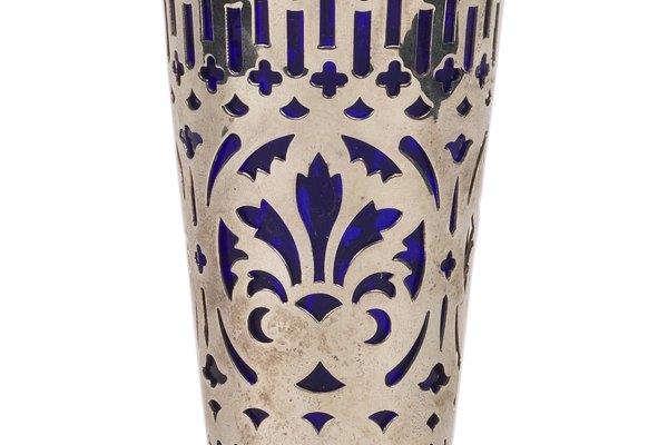 Algunos jarrones antiguos mezclan materiales como el metal y el vidrio.