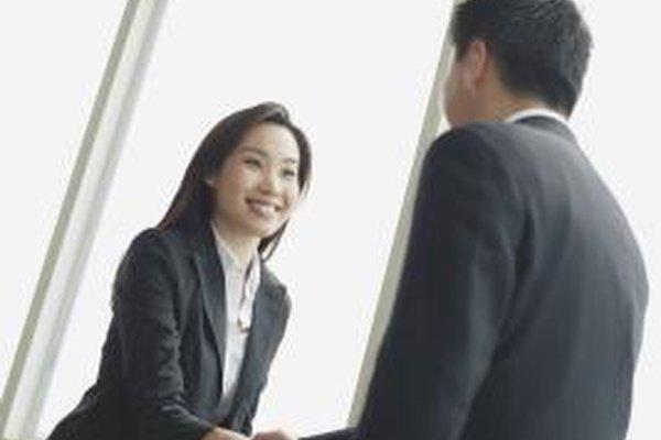 Tomar decisiones de negocio éticas puede incluir simplemente hacer negocios con clientes cuya ética sea aprobada por tu empresa.