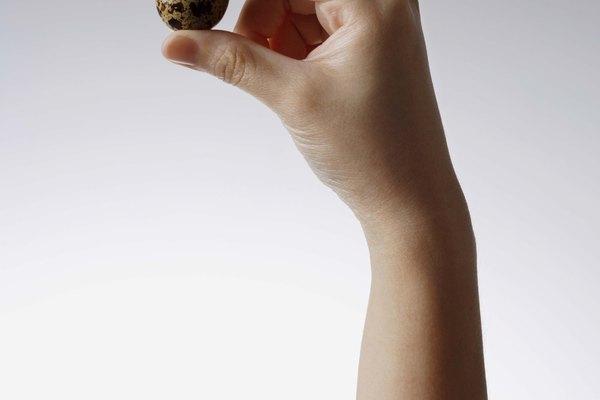 Los huevos de codorniz son reconocibles por sus manchas marrones oscuras.