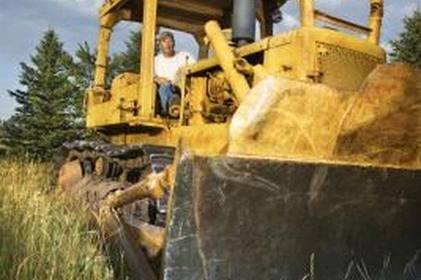 Un operador de tractor suele completar un aprendizaje antes de calificar para un trabajo permanente.