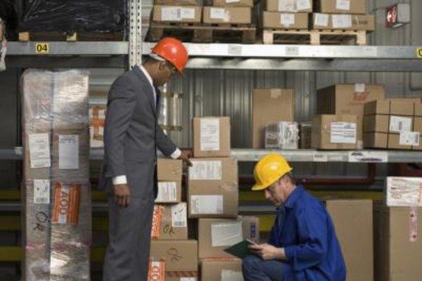 Trabajadores de almacén pueden estar en riesgo de lesión en muchos aspectos de su trabajo.