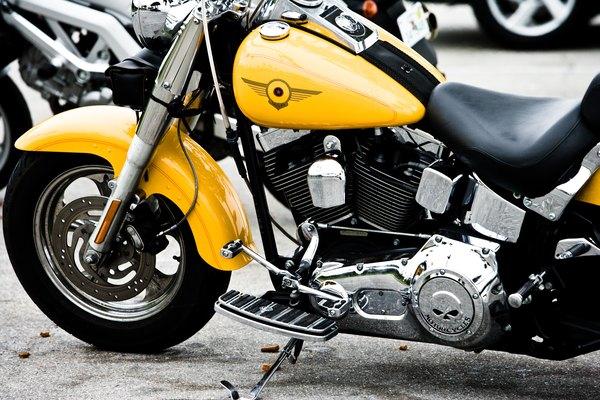 Ten cuidado cuando intentes sellar una fuga en el tanque de combustible de tu motocicleta.