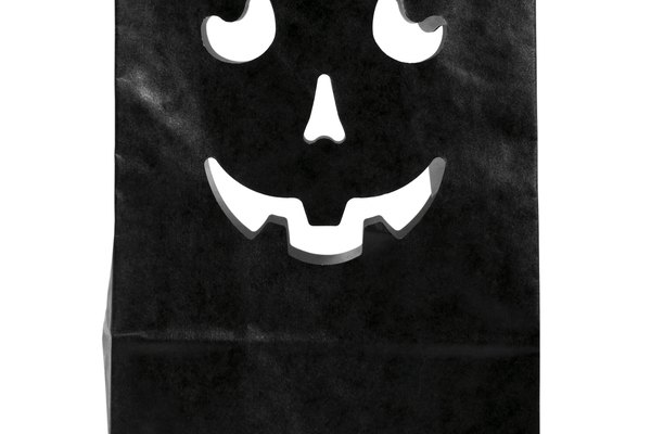 Una lámpara de calabaza puede hacerse a partir de una bolsa de papel.