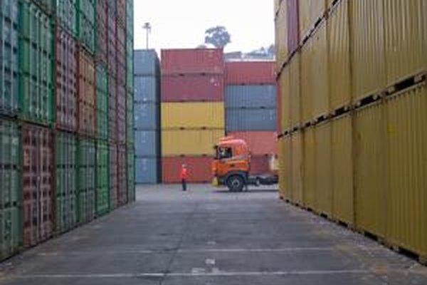 Un supervisor de logística asegura que una empresa puede ofrecer a sus clientes los productos que necesitan en el momento oportuno.