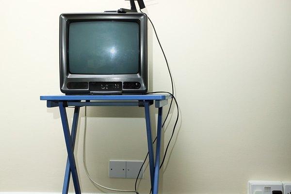 Usa un demodulador en tu VCR para pasar sobre el conector coaxial dañado en una TV.