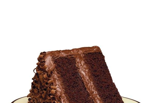 Esparce 1/2 taza de cobertura sobre la parte de arriba del pastel.