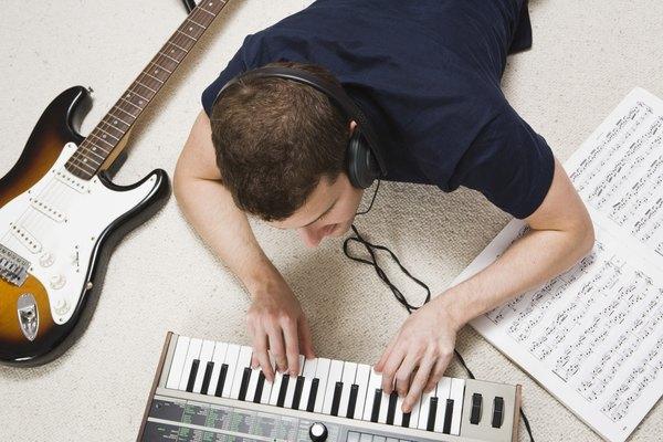 Tocar música.