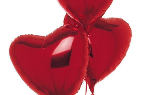 Usa globos con forma de corazón y mensajes románticos para la sorpresa.