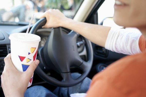 Tomar un refresco en el auto parece algo inofensivo hasta que te encuentras con un bache en el camino.