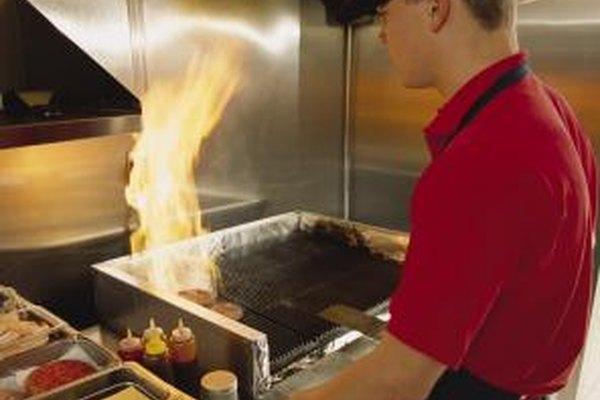 Muchos restaurantes te darán un descanso en tu primer empleo.