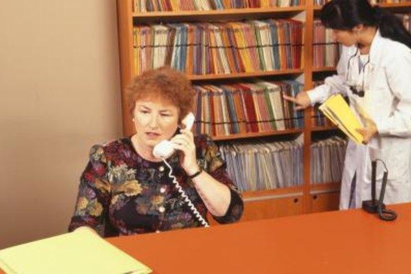Una recepcionista dental necesita responder de manera telefónica agradable.