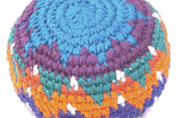 Un hacky sack tejido con varios colores.
