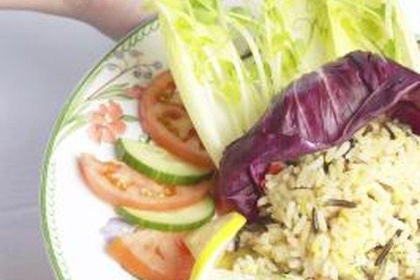 Los asistentes dietéticos ayudan a planificar menúes para servicios de comidas.