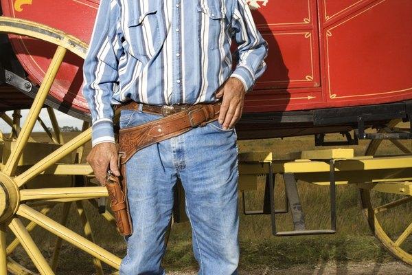 Una funda y cinturón pueden darle una buena terminación a cualquier disfraz de vaquero.