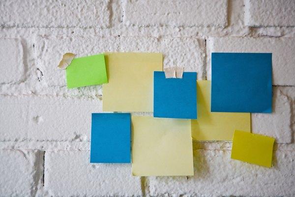 Los blocks de notas autoadhesivas vienen en una variedad de colores y tamaños.