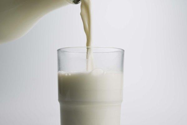 Antes de la homogeneización, la nata sale a flote a la parte superior de una botella de leche.