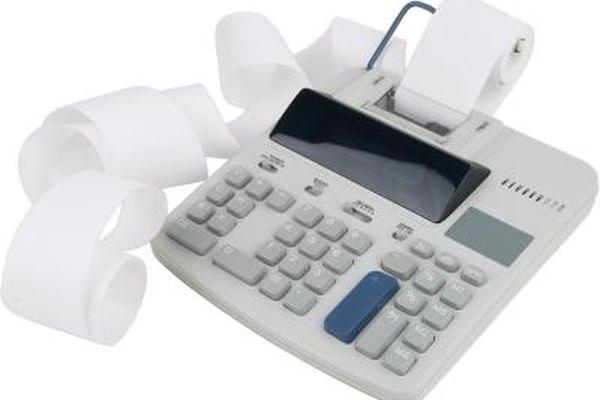 La hoja de balance y la declaración de ganancias son ejemplos de declaraciones financieras revisadas antes de tomar decisiones de inversión.
