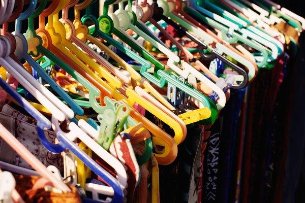 La ropa pasa a través de corte, costura y máquinas de prensado antes de llegar a tu armario.