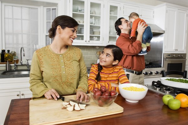 Ilustra a tus hijos acerca de los peligros potenciales en la cocina.