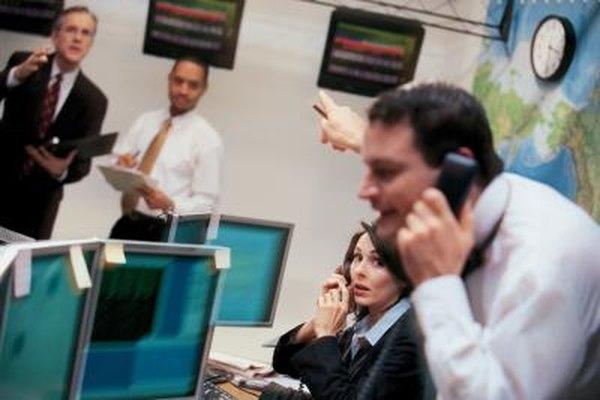 Los corredores de bolsa generalmente tienen que tomar decisiones de compra o venta en forma rápida.