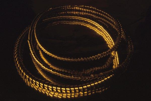 Mide y corta un trozo de 9 pulgadas (22,8 cm) de alambre de joyería.