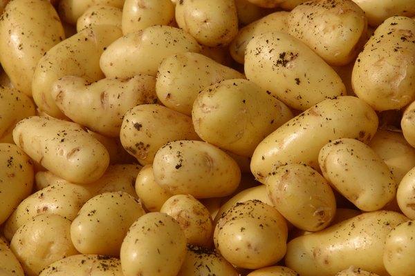 Lava y pela las patatas.
