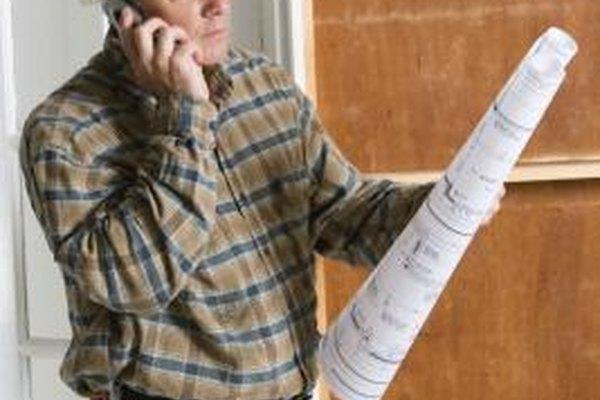 Leer planos es una parte esencial del entrenamiento de un trabajador de construcción.