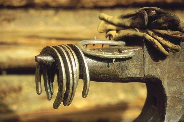 La mayoría de los fabricantes utilizan embutición para presionar el metal doblado en forma de herradura.