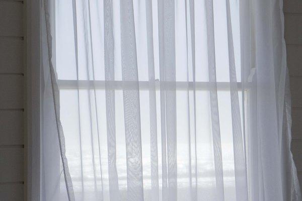 Acorta las cortinas largas sin un dobladillo cosido de forma permanente.