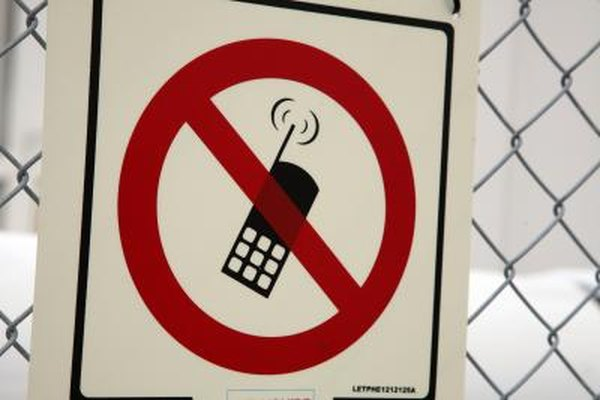 Recordatorios como carteles ayudan a los propietarios de pequeñas empresas a hacer frente al abuso del teléfono celular.