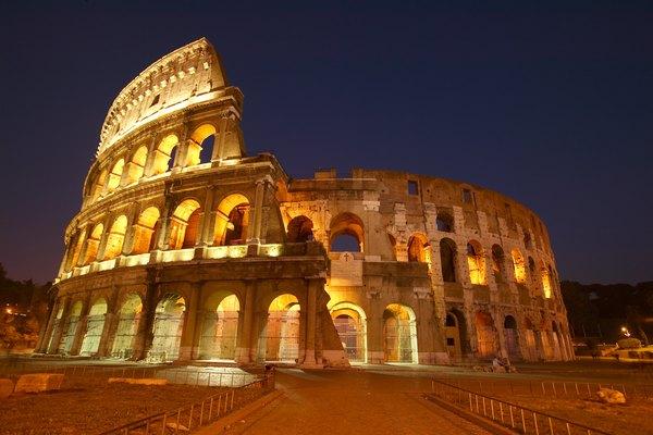 Vista nocturna del Coliseo romano.