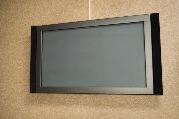 Un televisor montado en la pared.
