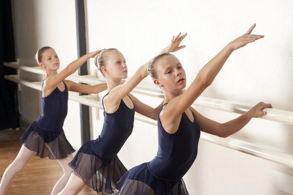 Los ejercicios en la barra de ballet ayuda a prevenir lesiones.