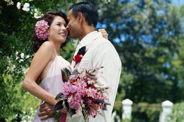 Una boda en exteriores suele permitir el uso de un atuendo más informal, tanto para los novios como en las novias.
