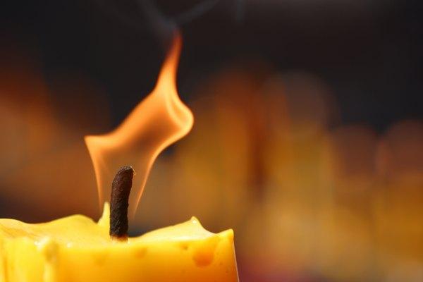 Usa la llama de una vela, sobre un soporte seguro, para sellar tu tejido al calor.
