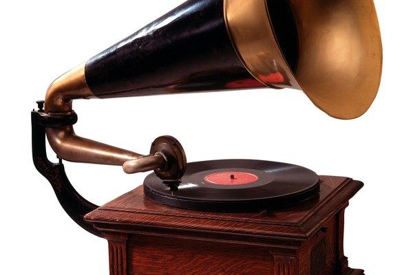 Los fonógrafos son los predecesores de los tocadiscos que salieron posteriormente.