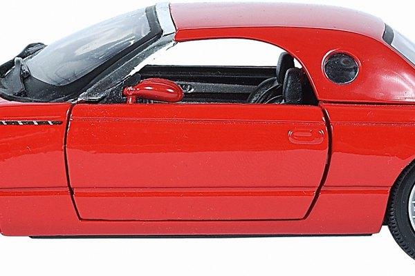 Inserta la punta del destornillador envuelta en un paño en el interior del vehículo.